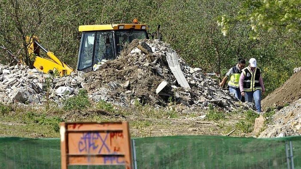 Una excavadora busca el cuerpo de Marta del Castillo en una escombrera de Camas