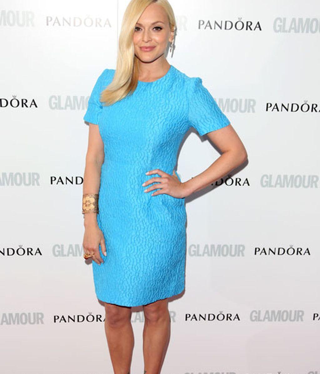 Fearne Cotton, con un vestido azul y zapatos dorados