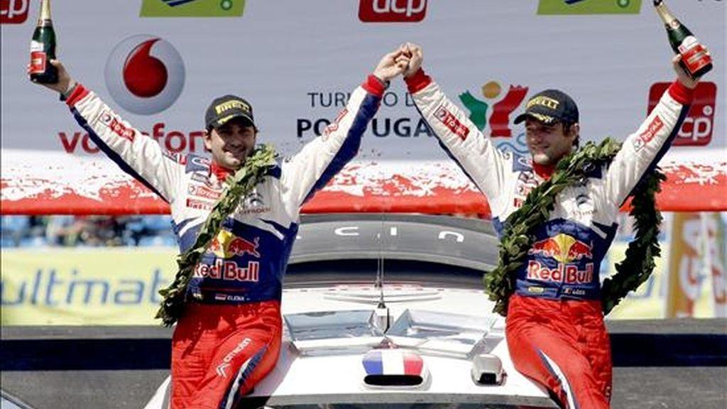 El piloto francés Sebastien Loeb (d) y su copiloto Daniel Elena (i) de Citroen celebran su victoria en el Rally de Portugal 2009 hoy domingo 5 de abril de 2009 en Faro, Portugal.Loeb continúa con su dominio aplastante en el Mundial de Rallys, cuyo título ha ganado los cinco últimos años, y hoy ganó también el de Portugal, tras haberse impuesto también en las tres pruebas anteriores.Loeb firmó hoy el triunfo número 51 de su carrera mundialista y el cuarto (de cuatro posibles) en el presente certamen, en el que suma el máximo posible de 40 puntos.El francés ganó por delante del finlandés Mikko Hirvonen (Ford), segundo, y el español Dani Sordo, su compañero en el equipo Citroen y que fue tercero.EFE