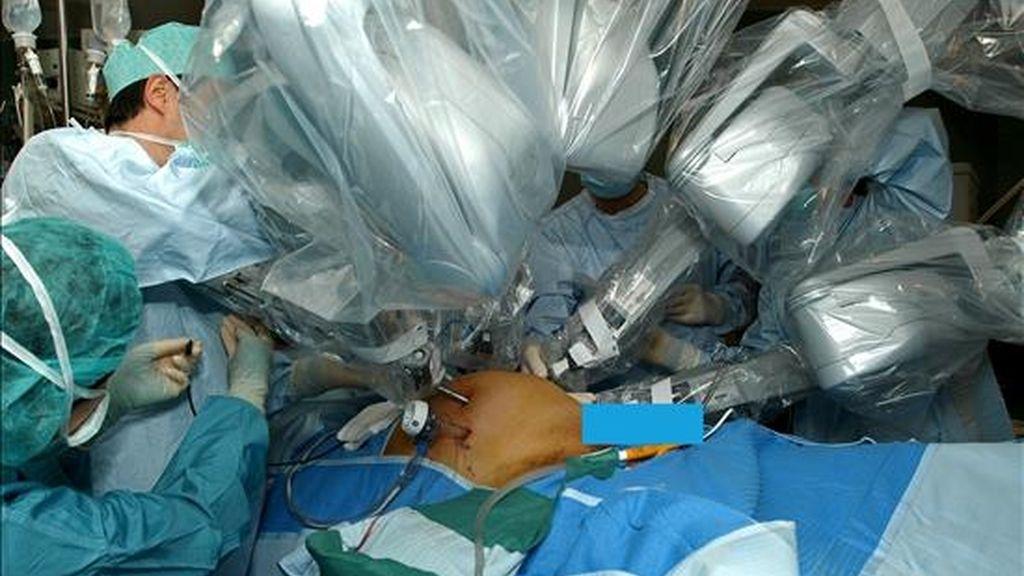 Vista del quirófano durante una operación quirúrgica realizada mediante las técnicas de cirugía robótica, con el robot 'Da Vinci' en el hospital Txagorritxu de Vitoria. EFE/Archivo