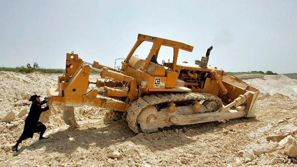 Manifestante judío contra la profanación de tumbas durante la construcción de una carretera israelí