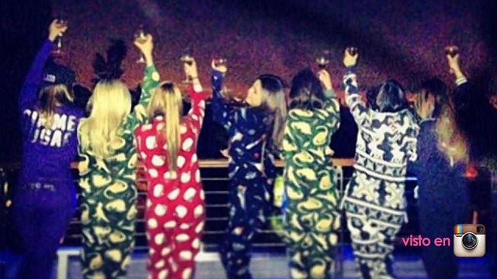 Selena Gomez y sus amigas pasando una noche muy especial con simpáticos pijamas
