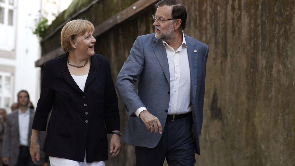 Rajoy y Merkel, camino de la cena privada. Foto:EFE
