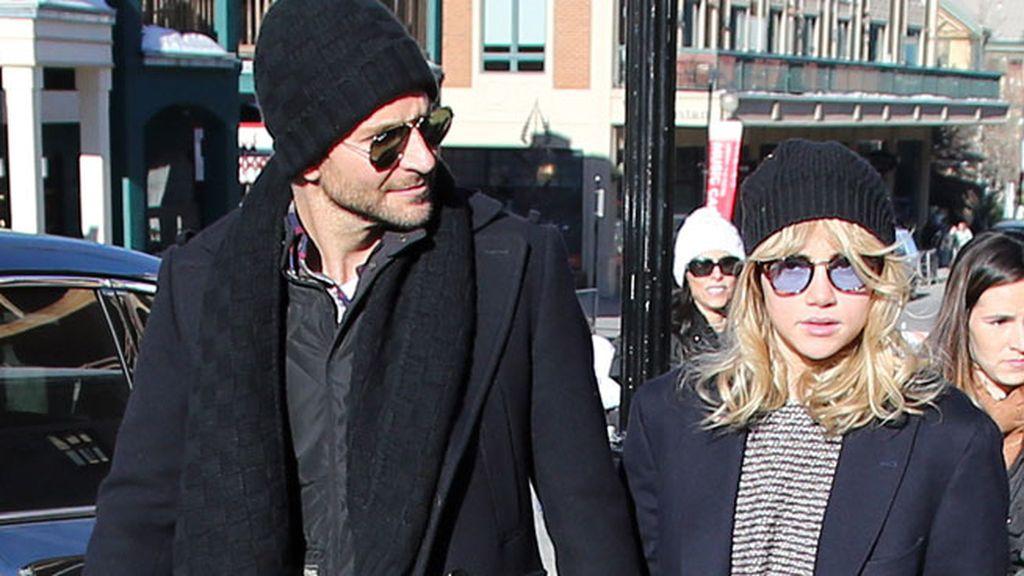 Bradley Cooper y la modelo Suki Waterhous por las calles del festival