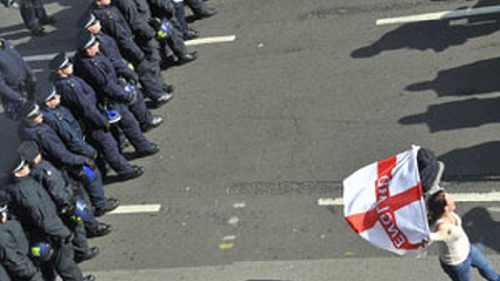 La Policía vigila la marcha no autorozada por el partido ultraderechista EDL en Londres FOTO: REUTERS