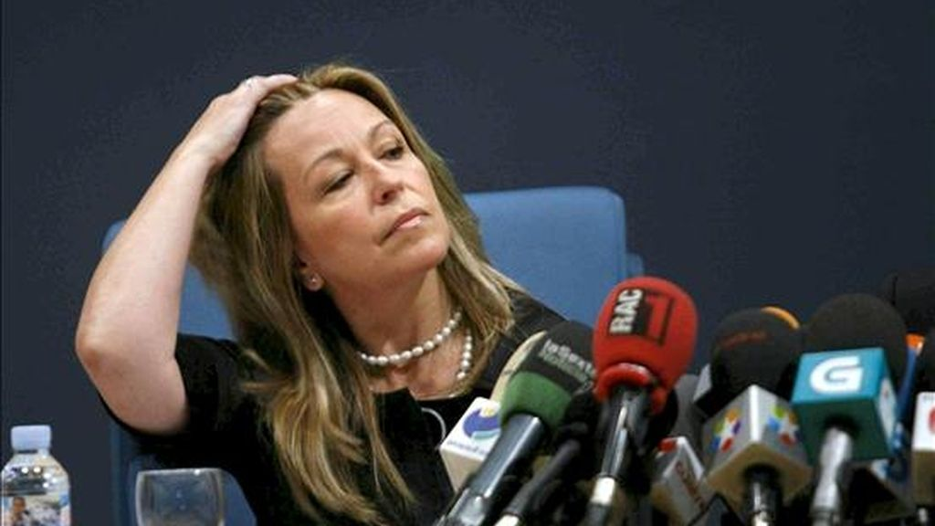 La ministra de Sanidad, Trinidad Jiménez, durante la rueda de prensa que ofreció para informar sobre la primera víctima mortal en España afectada de gripe A, hoy en el Hospital Gregorio Marañón de Madrid. EFE