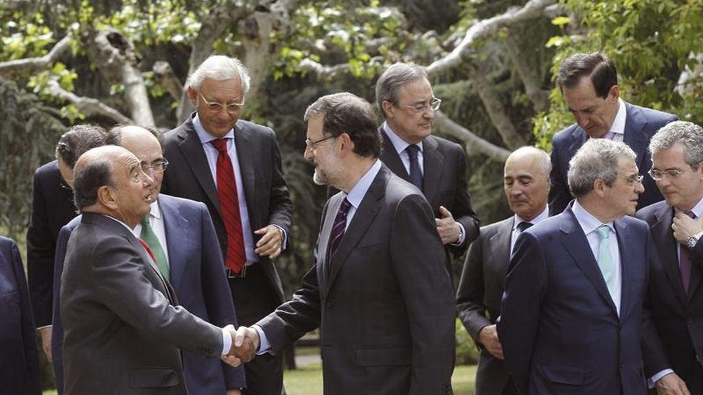 Botín y Rajoy se saludan en la reunión con los grandes empresarios españoles