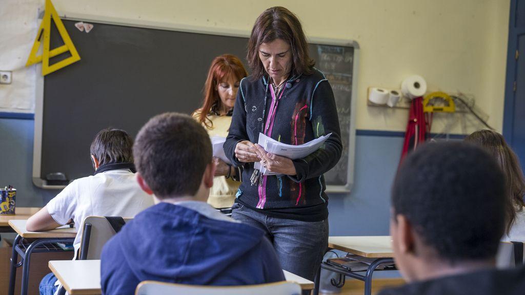 Profesoras de sexto de Primaria entregando las pruebas de conocimiento a sus alumnos
