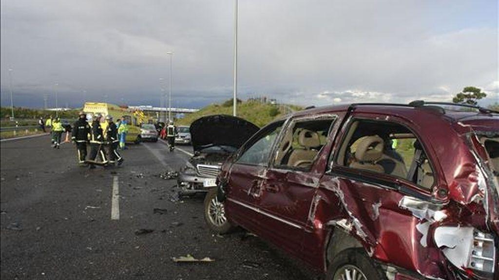 Diez vehículos se han visto implicados en un accidente registrado esta tarde en la R-5 a la altura de Leganés (Madrid), en el que ha resultado herido crítico un joven de 17 años, y que se ha producido mientras granizaba. EFE