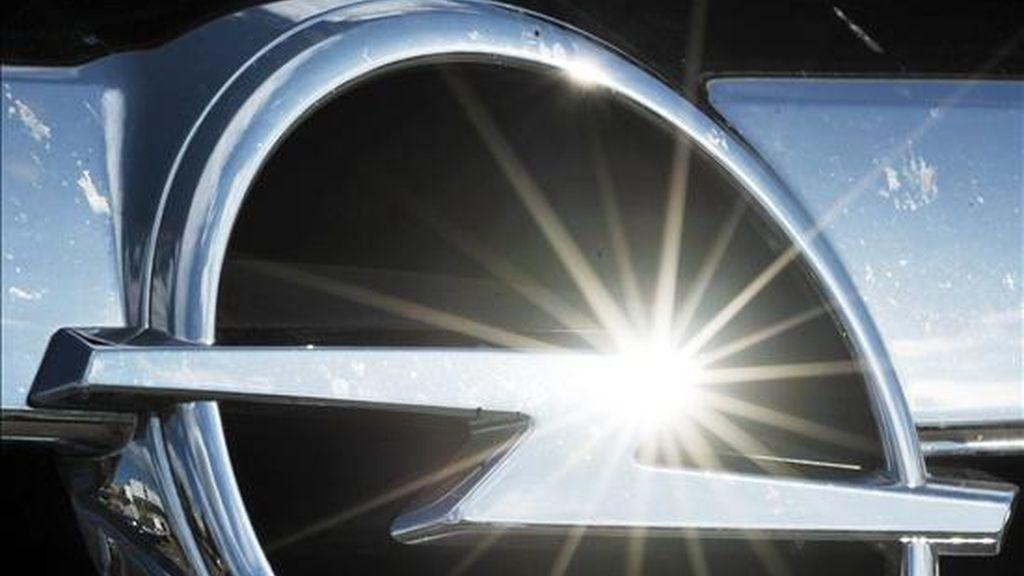 El sol brilla sobre el logotipo de Opel en un coche de la planta de Eisenach, Alemania. EFE/Archivo