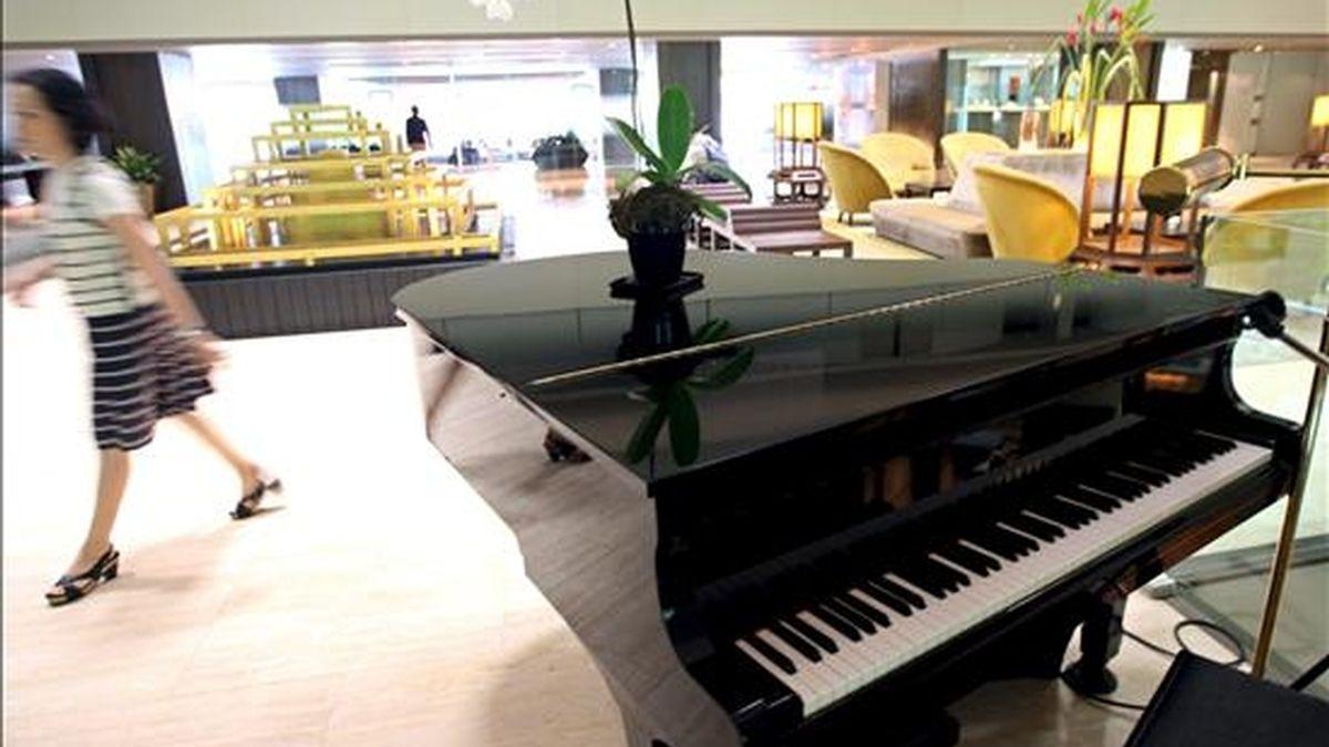 Vista del vestíbulo del hotel Swissotel Nai Lert Park y del piano de cola que, según un responsable del hotel, el actor estadounidense David Carradine había estado tocando antes de que se encontrara su cadáver ahorcado en una habitación de este hotel, en Bangkok (Tailandia), el pasdo 5 de junio. EFE