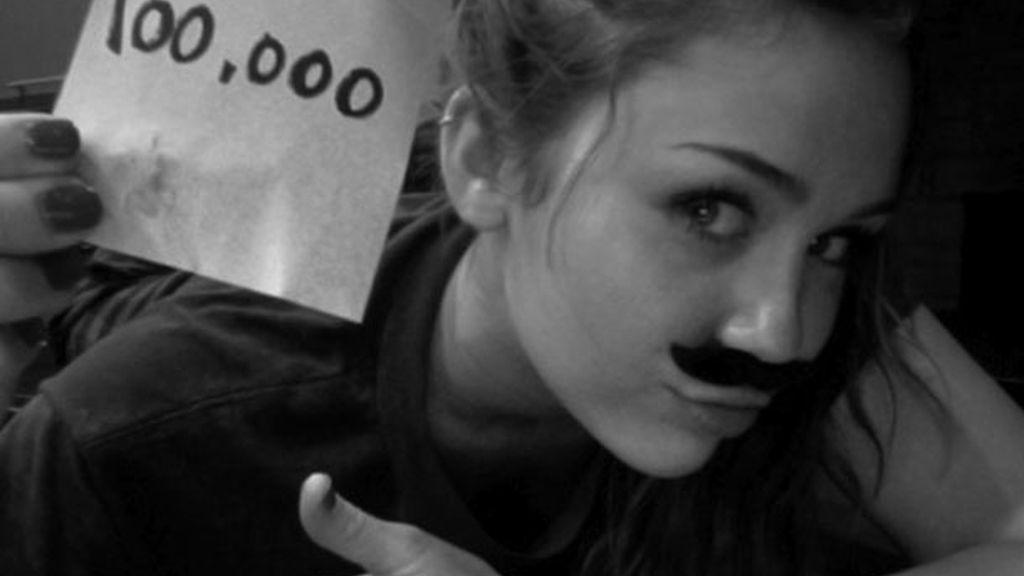 Un bigote de pega por sus cien mil seguidores en Twitter, ahora tiene diez millones