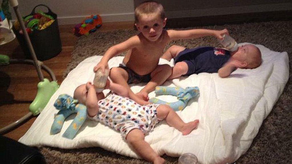 Una blogger publicó una imagen dando de comer a sus bebés con los pies