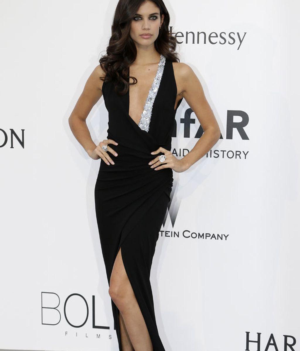 Sara Sampaio eligió un vestido con profundo escote de Alexandre Vauthier