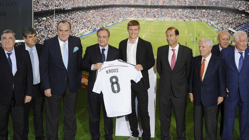 El futbolista alemán junto a la plana mayor del Real Madrid