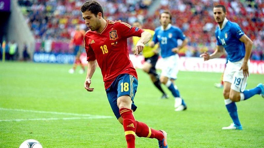 Jordi Alba conduce el balón por la banda izquierda