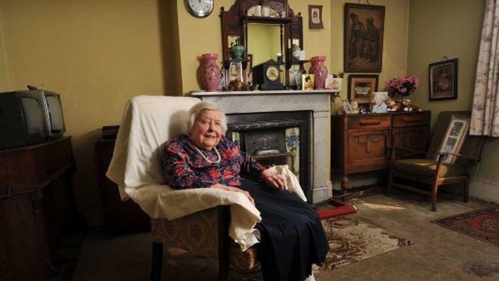 Muriel Noyce, en el salón de su casa. FOTO: Solent/Iberpress.