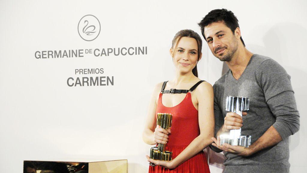 Aura Garrido y Hugo Silva con su premio Carmen a los más bellos de nuestro cine