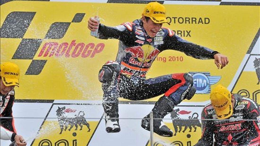 El español Marc Marquez (centro) celebra su victoria en el Gran Premio de Alemania de 125cc junto al alemán Sandro Cortese (dcha) y el japonés Tomoyoshi Koyama (izda) que quedaron en tercer y segundo lugar, respectivamente, en el circuito de Sachsenting en Hohenstein-Ernstthal, Alemania. EFE