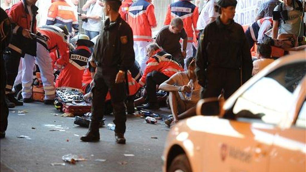 """Trabajadores sanitarios atienden a los heridos tras una estampida provocada por un pánico colectivo en el túnel de acceso a la antigua estación de mercancías de Duisburgo, donde se celebraba la fiesta de música electrónica """"Loveparade"""", informó la policía. EFE"""