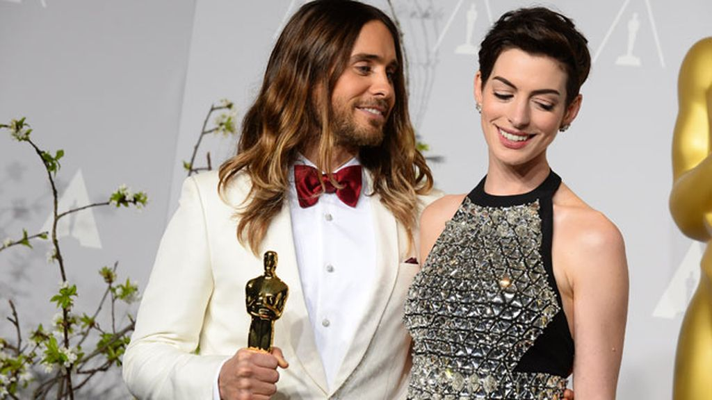 Jared Leto, mejor actor de reparto, con Anne Hathaway