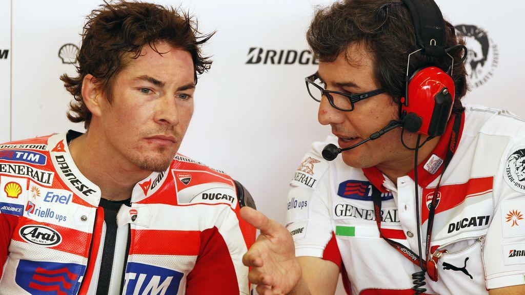 Nicky Hayden habla con sus mecánicos en el boxde Ducati