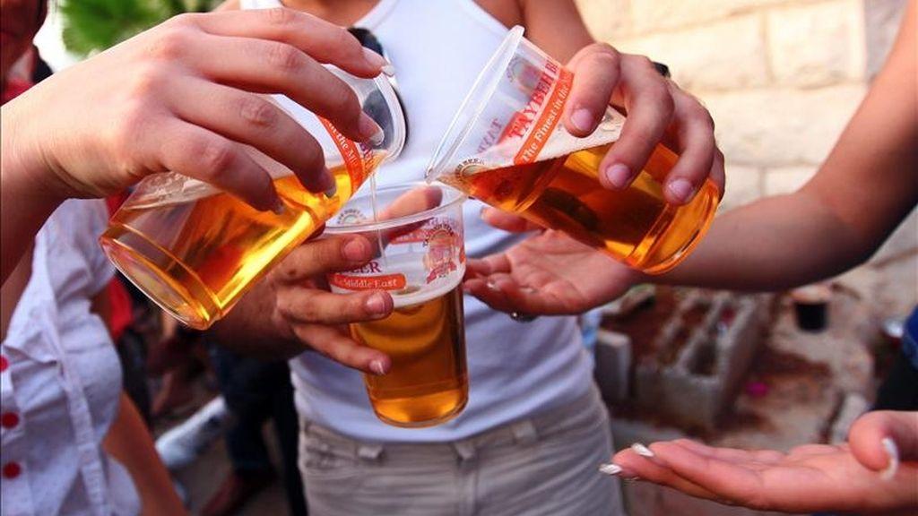 Varias personas beben cerveza. EFE/Archivo
