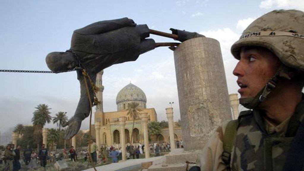 Soldado americano observa como cae la estatua de Saddam Hussein en Bagdad