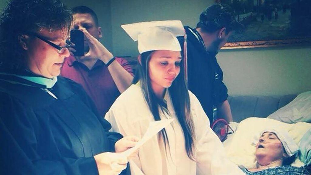 Una joven se gradúa junto al lecho de muerte de su madre