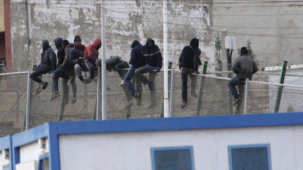 Varios inmigrantes encaramados a la valla de Melilla