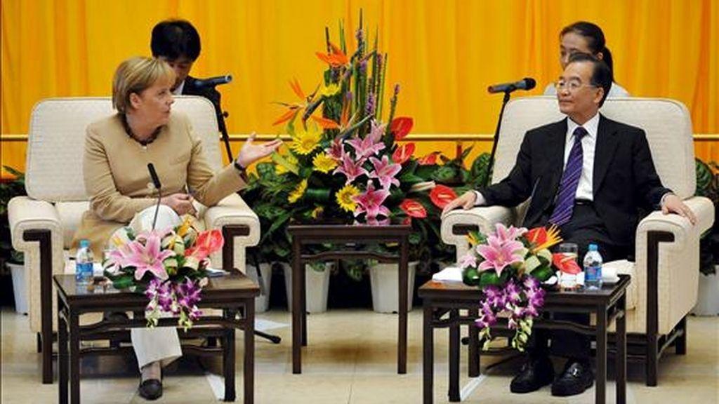La canciller alemana, Angela Merkel (i), y el primer ministro chino, Wen Jiabao (d), durante el encuentro que mantuvieron, junto a ministros y empresarios de sus respectivos países, en Xian, China, ayer, viernes 17 de julio de 2010, como parte del viaje oficial de Merkel a Rusia, China y Kazajistán. EFE