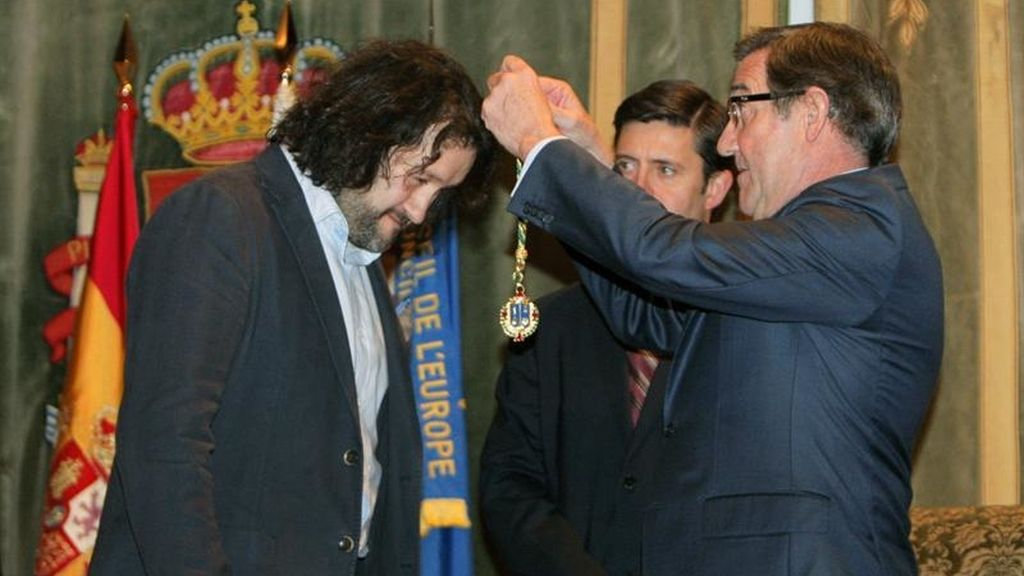 Vecinos de Angrois recogen la Medalla de Oro de Santiago