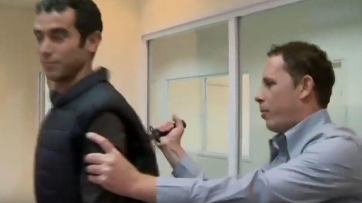 Un periodista es herido tras prestarse a probar la efectividad de un 'chaleco antipuñaladas'