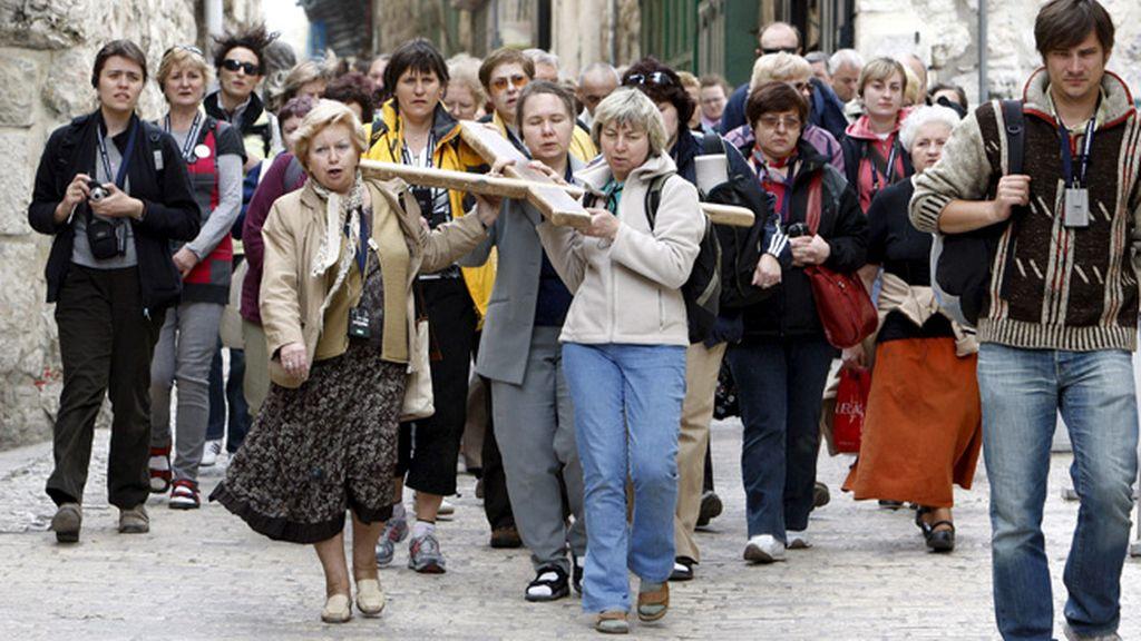 Un grupo de peregrinos católicos en medio de las protestas