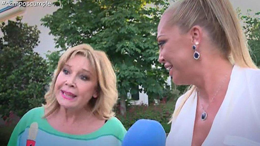 La presentadora posaba con su pareja y sus amigos ante las cámaras