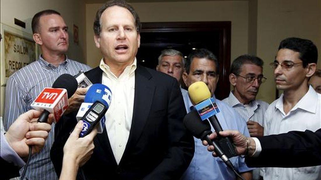 El congresista Lincoln Diaz -Balart, hace declaraciones a los medios de comunicación tras la reunión que mantuvo hoy con los ex presos políticos cubanos recién llegados a Madrid. EFE