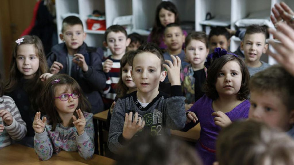 Una clase de primaria aprende lenguaje de signos para poder comunicarse con un compañero sordo