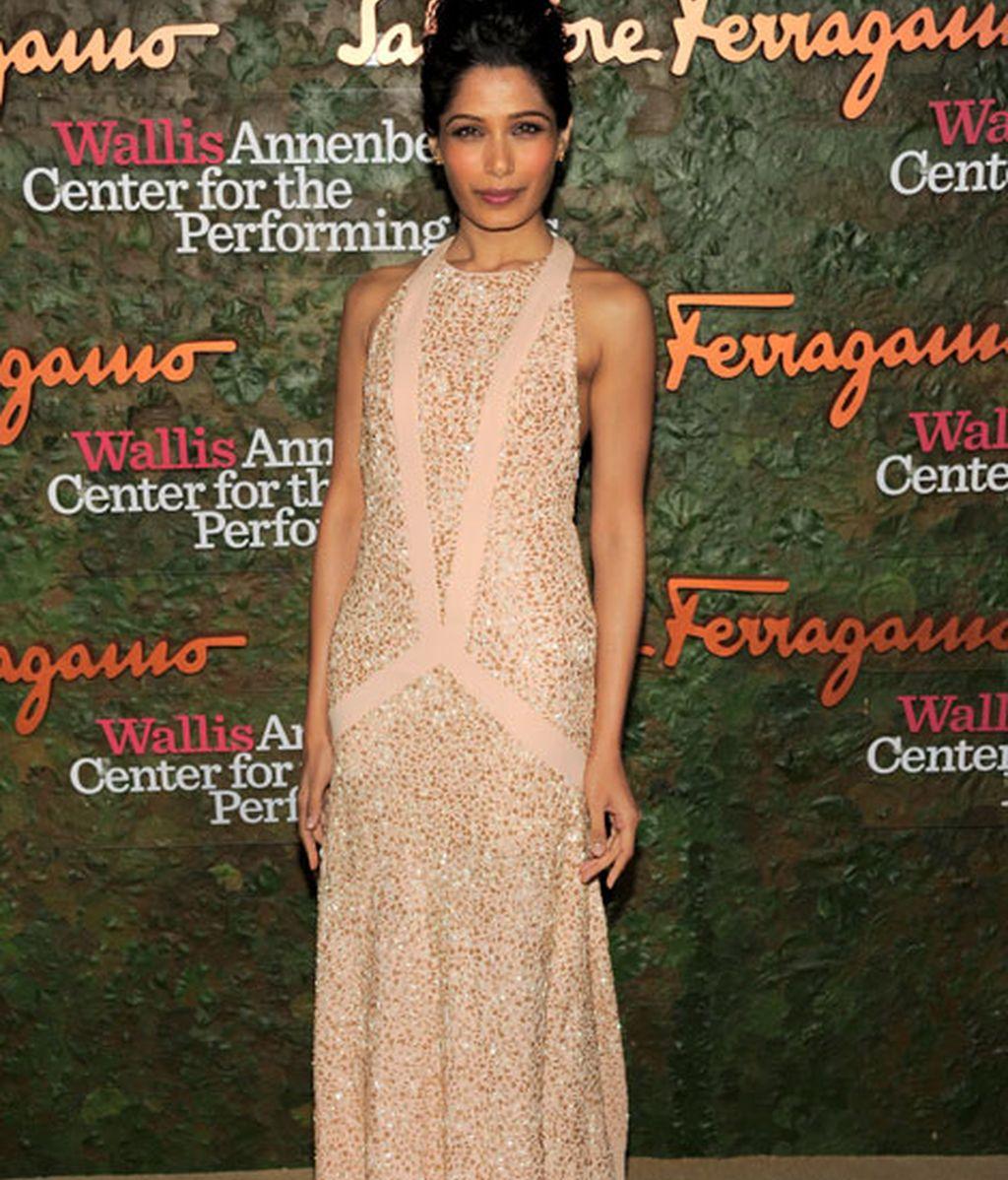 Freida Pinto lució un brillante vestido
