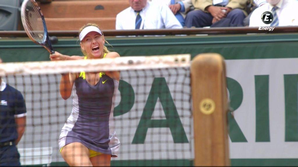 Sharapova golpa de revés ante la bielorrusa.