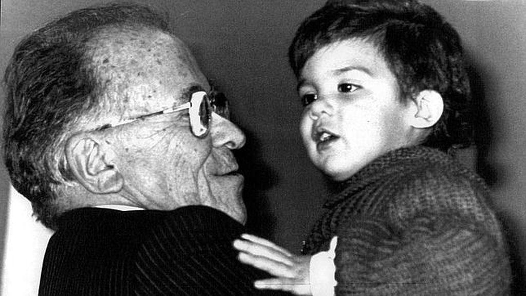 EFE Santiago Carrillo toma en brazos a uno de sus nietos en 1987