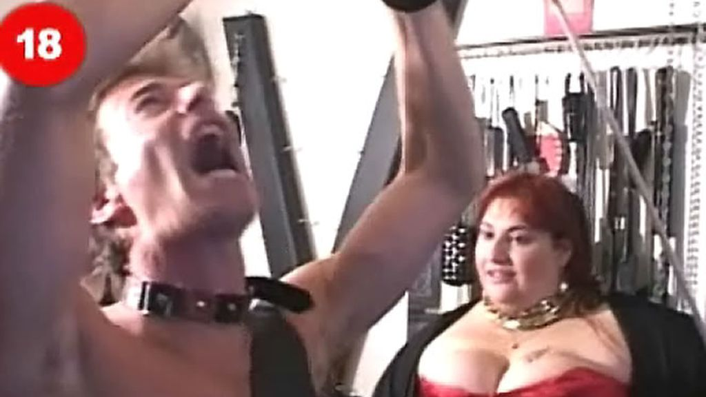 Una dominatrix azote a Asley