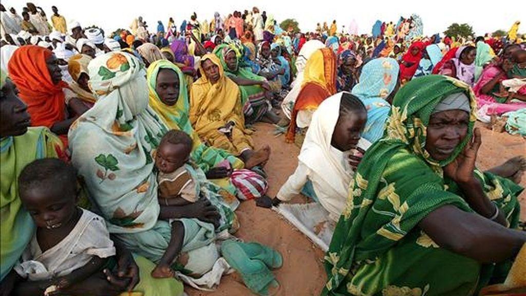 Un grupo de mujeres sudanesas y sus hijos esperan ayuda internacional en el campo de refugiados de Muhajiriyah, Darfur. EFE/Archivo