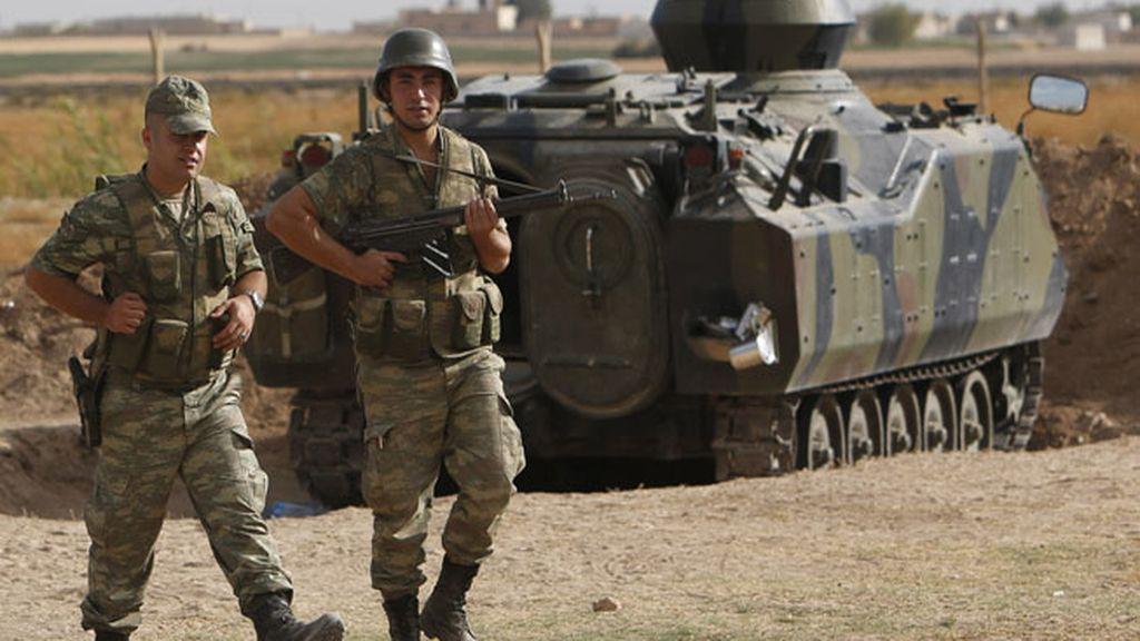 Soldados turcos vigilan la frontera con Siria cerca de Akcakale