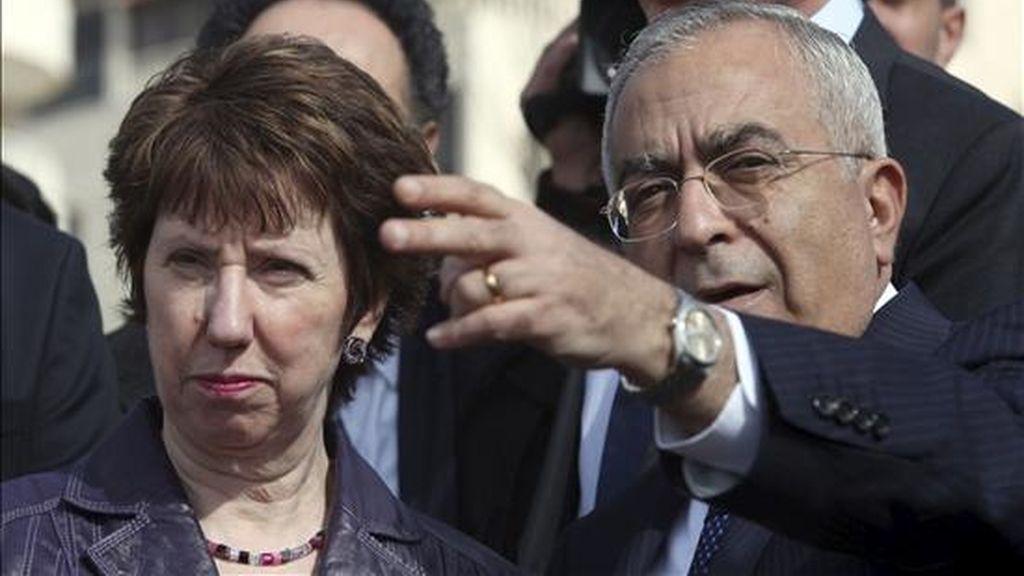 El primer ministro palestino, Salam Fayyad, y la jefa de la diplomacia de la UE, Catherine Ashton, visitan el barrio de Al Masyon en Ramala (Cisjordania), hoy, 6 de enero de 2011. Ashton inició hoy una visita de 24 horas a Israel y el territorio palestino de Cisjordania con el objetivo de reavivar las paralizadas negociaciones de paz en Oriente Medio. EFE