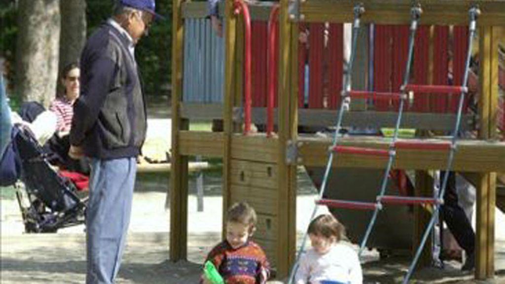 Abuelos cuidando nietos