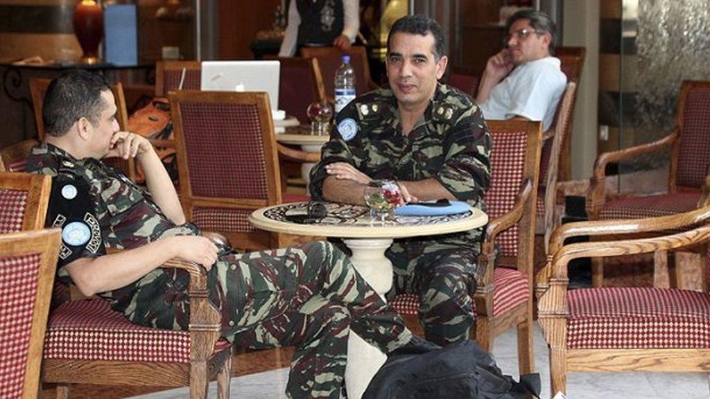 Dos observadores de la ONU toman un refresco (EFE)