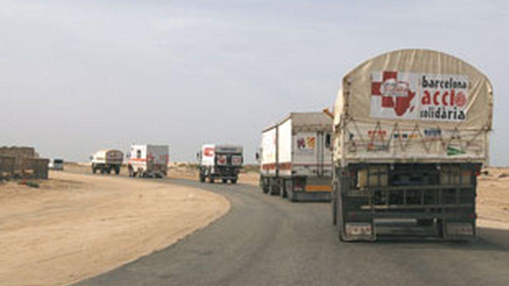 Vista de los camiones pertenecientes a la Carvana Solidaria, en la que viajaban los tres cooperantes españoles secuestrados en Mauritania el pasado domingo. Foto: EFE.