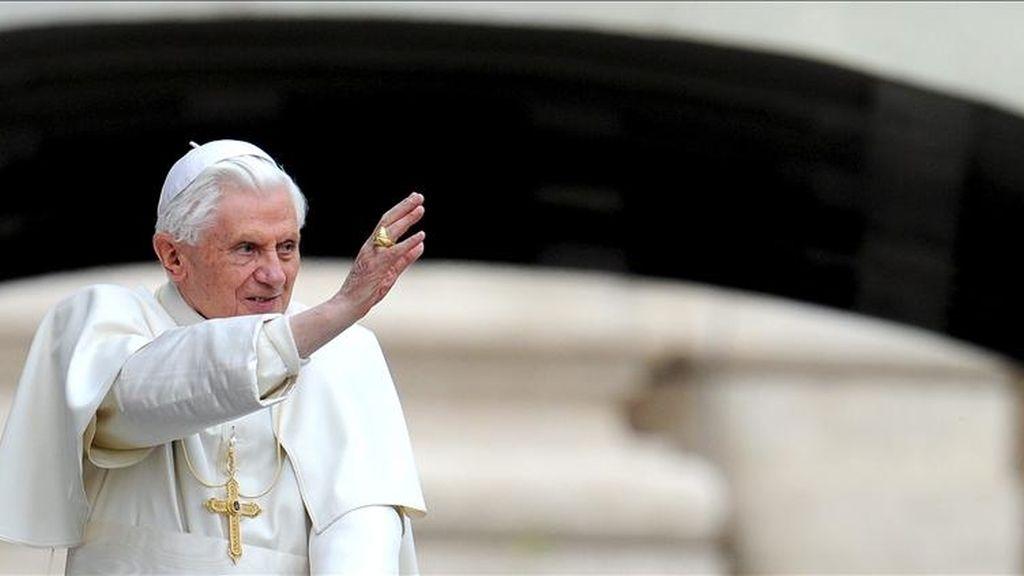 El papa Benedicto XVI saluda a las decenas de miles de personas que asistieron en la plaza de San Pedro del Vaticano a la audiencia pública de los miércoles. EFE/Archivo