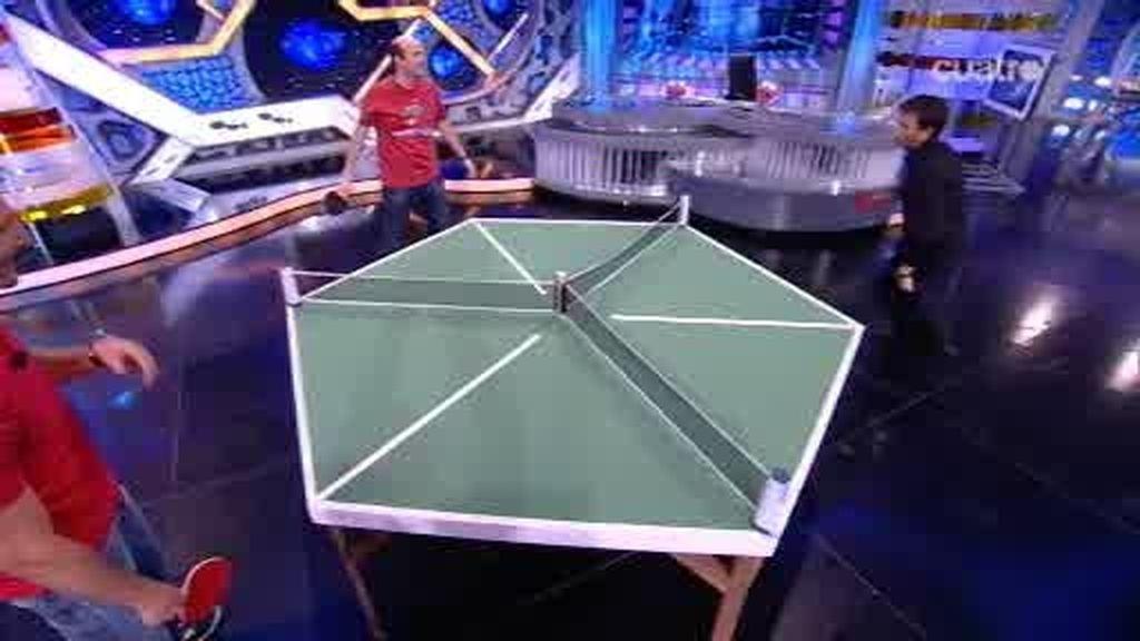 Jandro juega con Juan Carlos Ferrero y Pablo Motos al ping pong para tres