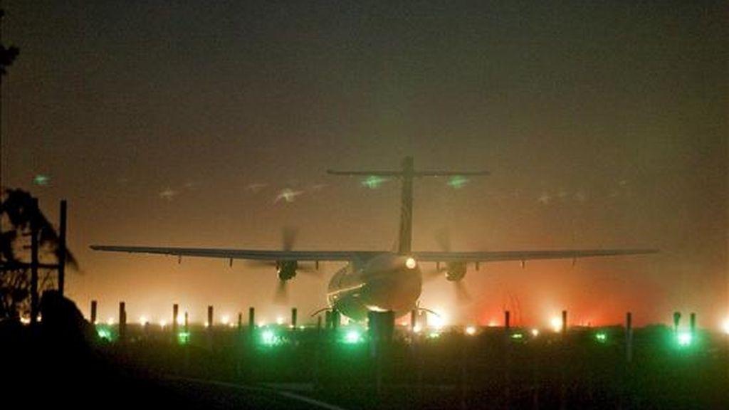 Avión de la compañía Islas Airways se dispone a despegar del aeropuerto de los Rodeos, en Tenerife, tras la reapertura del espacio aéreo. EFE
